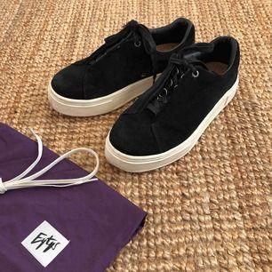 Eytys doja suede svarta. Dustbag och vita snören som kom med skon ingår. Kan mötas upp eller frakta för en liten summa. :)