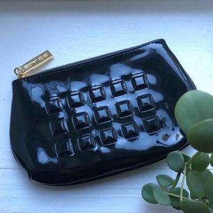 Unik liten necessär, men använder mer som plånbok/handväska. Rymmer dina kort och läpprodukter eller smycken tex. Nyskick!