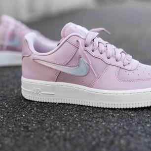 Säljer mina Nike Air Force 1 07 Premium W - Pink! Köpte i augusti men knappt använda. Skriv privat för mina egna bilder💕  Storlek: 39