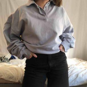 En ljusblå/lila tröja från Brandy Melville. Aldrig använd och köpt för 1 månad sedan. Den har fickor som är ganska gömda. Skriv för mer info😊