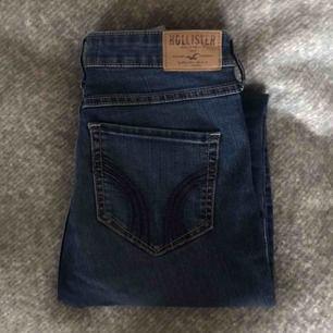 Högmidjade jeans, super skinny, från Hollister! Strl 27/31. Passar mig som är 170. Superbra passform i både midja, ben och rumpa och har stretch! Säljer för att de inte används längre, dock i bra skick utan slitningar etc!  Köpare står för ev. frakt.