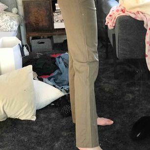Brun beiga randiga byxor. Rak modell, aningen utsvängda. Sitter fett bra och är väldigt tuffa enligt mig. Knappt använda.