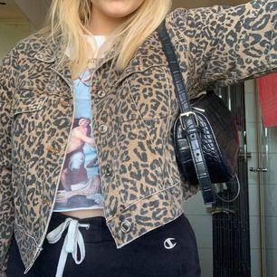 Jeansjacka leopard. Passar S/M/L och är oversized. Du står för frakt på 50kr