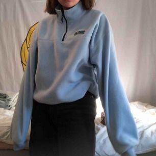En suuuper skön blå fleece tröja med lite polo. Köpt från Junkyard för något år sedan men använd kanske 1 gång så fort i mycket bra skick. Skriv för mer info🧡