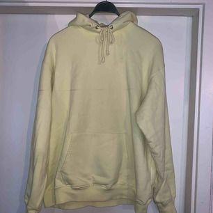 Oanvänd hoodie i storlek L, passar perfekt som oversized. Tjockt material så den är väldigt tålig. Köptes på Carlings för något år sen men den har bara legat i byrålådan