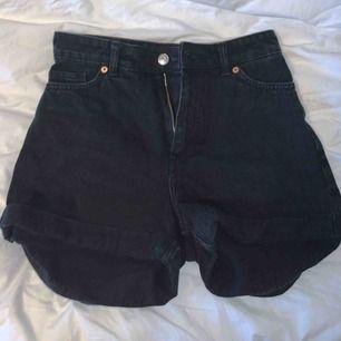 Säljer ett par supersnygga shorts ifrån Monki, dom är sköna och ganska hårt material. Säljer för att jag aldrig använder dom💫✨kan mötas upp i Borås annars tillkommer frakt.