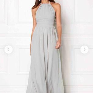 Säljer min ljusgråa balklänning från bubbleroom som endast är använd 1 gång. Klänningen är uppsydd och jag är ca 160 cm (den går just ner till fötterna)🤍⚡️🤩