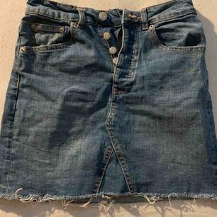 Jeans kjol från ginatricot, använd 1 gång under förra sommaren! Storlek xs! Nyskick!  Frakt tillkommer 30kr