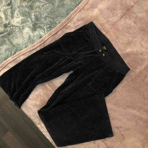 Juicy couture mjukisbyxor i storlek M men passar en S också! Nyskick, använda 3-4 ggr