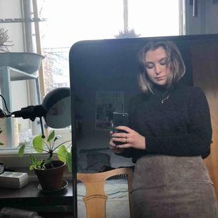 Mörkgrå tröja med halvpolo. Kort boxig modell med smala ärmar. Tunn men ganska varm💙 köpt secondhand