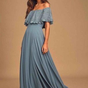 Balklänning från Lulus i modellen  Everlasting Love Slate Blue Lace Off-The-Shoulder Maxi Dress. Storlek M. Har betalat 1400kr för den inkl frakt och tull. Helt oanvänd. Kap!!!!!😍😍❤️🔥