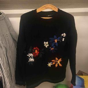 Gosig tröja från Gina Tricot med broderade blommor. Frakt tillkommer🌻