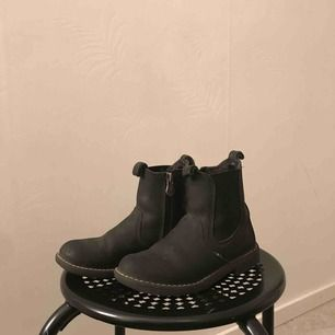 Ett par snygga och bekväma skor för barn. Säljer pga  dom är för små för min syster. Skornas märke är kavat. Obs!! Frakten är 115kr. Dom är lite slitna längst framme. (Fler bilder privat)  Original pris-699-749kr