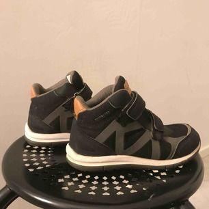 Ett par bekväma och vattentäta kavat skor. Säljer pga att dom inte passar min syster längre. De är lite slitna längst fram på skon men inte mer än ytligt slit. (Fler bilder privat) OBS!! Frakten är 115kr Original pris-699-749kr