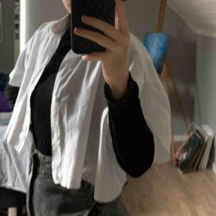 Oversized croppad vit skjorta, pris kan diskuteras. Skriv nedan så svarar jag så fort jag kan❤️🥰