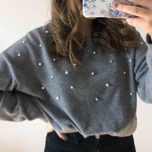 Grå stickad tröja med pärlor, är liten i modellen så passar även storlek M, frakt tillkommer.