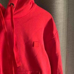 Acne hoodie inköpt i somras, fint skick! Är normalt en XS-S och den sitter snyggt oversized