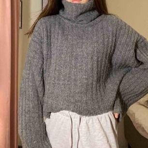 Jättefin mysig stickad tröja med krage (sticks inte) använt fåtal gånger men känns inte som min stil riktigt. Funkar jättebra till mig som har XS i vanliga fall!! köpte för 300