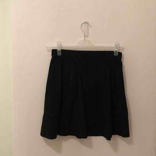 söt kjol från vera moda i mocka imitation! storlek xs men med stretch i midjebandet så funkar xs-m, beroende på hur man vill att kjolen ska sitta