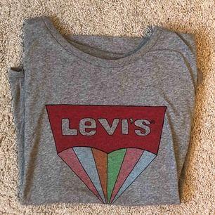 Levis tröja, rikigt fin!🌟 använd ett antal gånger men ser sprillans ny ut 🤪 kostade runt 300kr i butik