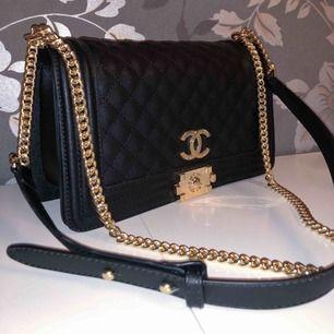 Hej! Jag säljer min ursnygga Chanel väska. Jag har tagit mycket väl hand om väskan och ser helt ny ut. Kan tänka mig att gå ner i pris :) Skriv gärna