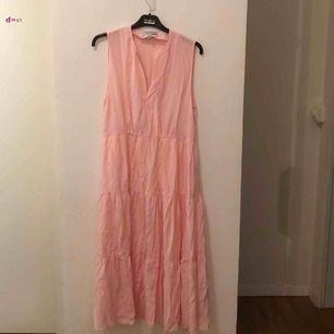 otroligt fin klänning från & other stories, köpt för 800kr och oanvänd. behöver strykas!