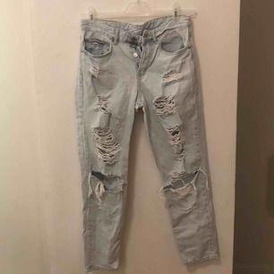 lowrise boyfriend jeans från hm, använda och tvättade ca 1 gång.