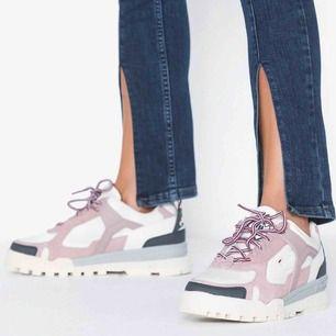 Frakt ingår! Säljer dessa nya Fila skor i modellen Trailstep. Helt oanvända. Kommer aldrig till användning så vill hellre att dom kommer tilm användning. Därav ganska lågt pris och gratis frakt.