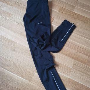 Träningstights från Nike i strl S. Mycket bra skick. Säljer för att dom är för små för mig.