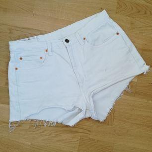 Vit cutoff jeansshorts från Levi's i M/L (80 cm midjemått). Modell 805 och höga i midjan. Frakt 63 kr.