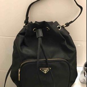 Prada bucketbag (kopia) säljes! Aldrig använd. Frakt tillkommer på 49kr