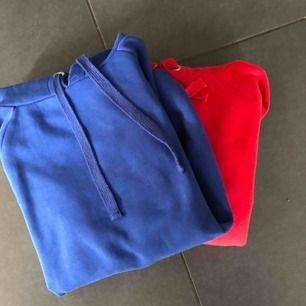 Säljer denna röda hoodie från Gina tricot i storlek M!! Jättefint skick använd 1-2 ggr. Samma modell som den blåa fast en storlek mindre💗💗 Köpare står för frakt
