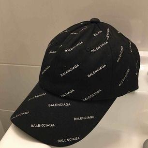 Balenciaga keps (kopia) aldrig använd. Har 1 i svart och 1 i vit. Spårbar frakt på 49kr tillkommer