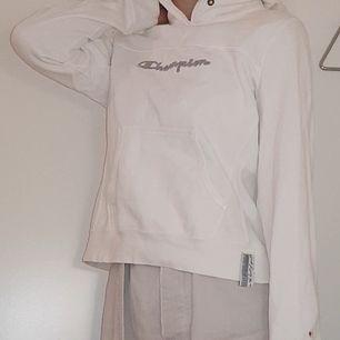 Snygg klassiskt hoodie från Champion som knappt använts alls! Säljer nu eftersom jag har 2 st. Tyvärr är luvans snöre borta men därav det låga priset🤑