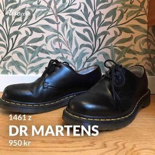 """Klassiska Dr Martens (1461z black) i nyskick! Jag har använt dem 4-5 ggr. Storlek 38 men jag tycker de är lite rymligare än """"vanliga""""38:or. Jag har satt dit en mjuk hälkudde som går att ta bort om man vill. #"""