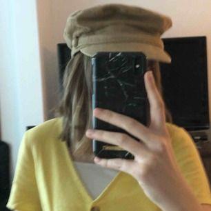 Jättefin ljusbrun hatt i manchester med små knappar på sidorna. Svart inuti. Aldrig använd! Kommer ej till användning så därför säljs. Möts upp i Lund eller fraktar. Fraktpris är 50kr.⚡️⚡️