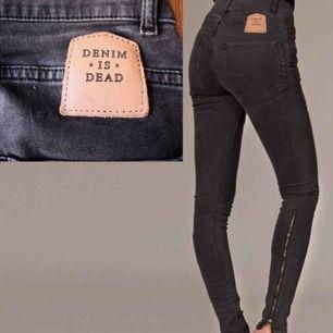 Svarta jeans från Denim is dead i storlek 26 med dragkedjor!! Som nya
