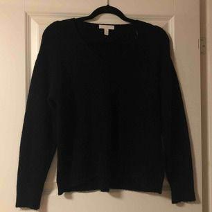 Snygg stickad tröja från H&M i storlek XS. Använd några gånger men utan defekter. Skulle inte rekommendera någon med mer än XS att köpa den då den är på gränsen till en XXS. Köparen står för frakt. Fraktpris är 50kr.💞