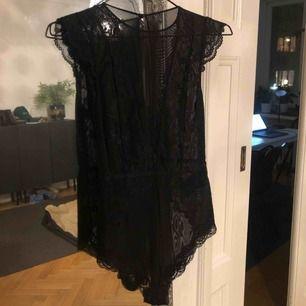 H&M body i svart spets och mesh! Supertrendig och skitsnygg till fezzzt 🧚🏽 frakt: 42kr!