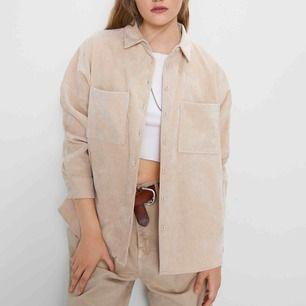 Beige, oversized manchesterskjorta från Zara! Supersnygg och supertrendig! ⚡️ frakt 42 kr!
