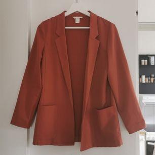 Snygg rostfärgad kavaj/blazer från H&M i storlek 36. Köpt här på plick men får tyvärr inte användning för den. Frakten ingår i priset ✨
