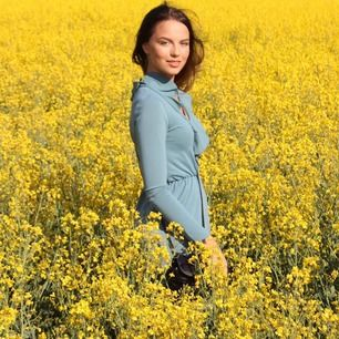 Säljer den fina gröna klänningen på bilden med volanger! Skicka för mer bilder 🤗