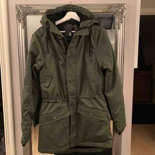 Fynda en helt ny & oanvänd grön jacka i storlek S från Lager157. Nypris 500:-. Kan skickas med post för 55:-.