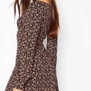 Mönstrad klänning perfekt nu inför våren. Storlek S och är väldigt fin i skicket. Nästintill oanvänd då jag endast hunnit bära den två gånger.