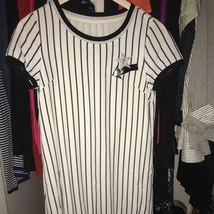 En helt oanvänd t-shirt klänning som är asball! Hojta till om du är intresserad. Köptes för 500
