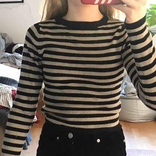 En randig basic tröja, som passar till det mesta. Bra skick, och säljer pga inte min stil längre.