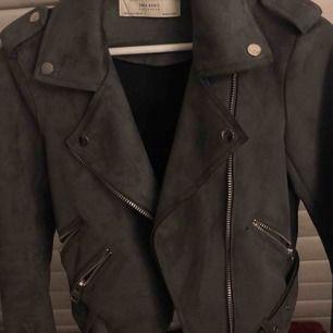 Mockajacka från Zara, inköpt för 600kr & aldrig använd- nyskick!! Säljes pga den bara hängt senaste året. Skiftar beroende på ljus från grön-grå. Pris kan diskuteras vid snabbaffär, står ej för frakt!
