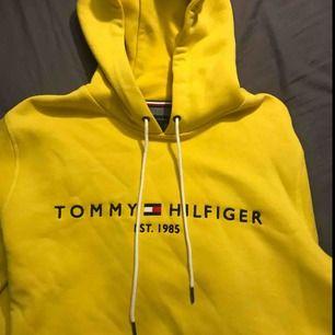 Helt sprillans ny hoodie från Tommy Hilfiger i storlek XL. Sitter mycket mer som en L/M, frakten ingår om du köper snabbt!!