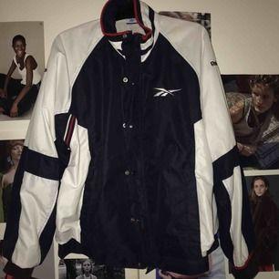 Vintage-jacka från Reebok. Säljer pga att den tyvärr inte används:// Köpt här på Plick! Skulle säga storlek M-L Frakt tillkommer💖