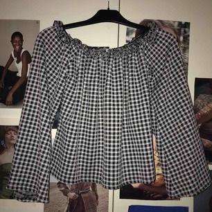 Rutig off-shoulder tröja från Nelly. Storlek Xs. Aldrig använd !🦋💖